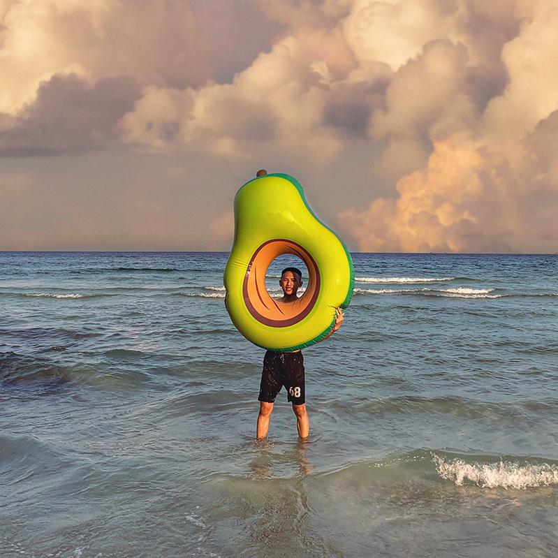 Phao bơi quả bơ khổng lồ
