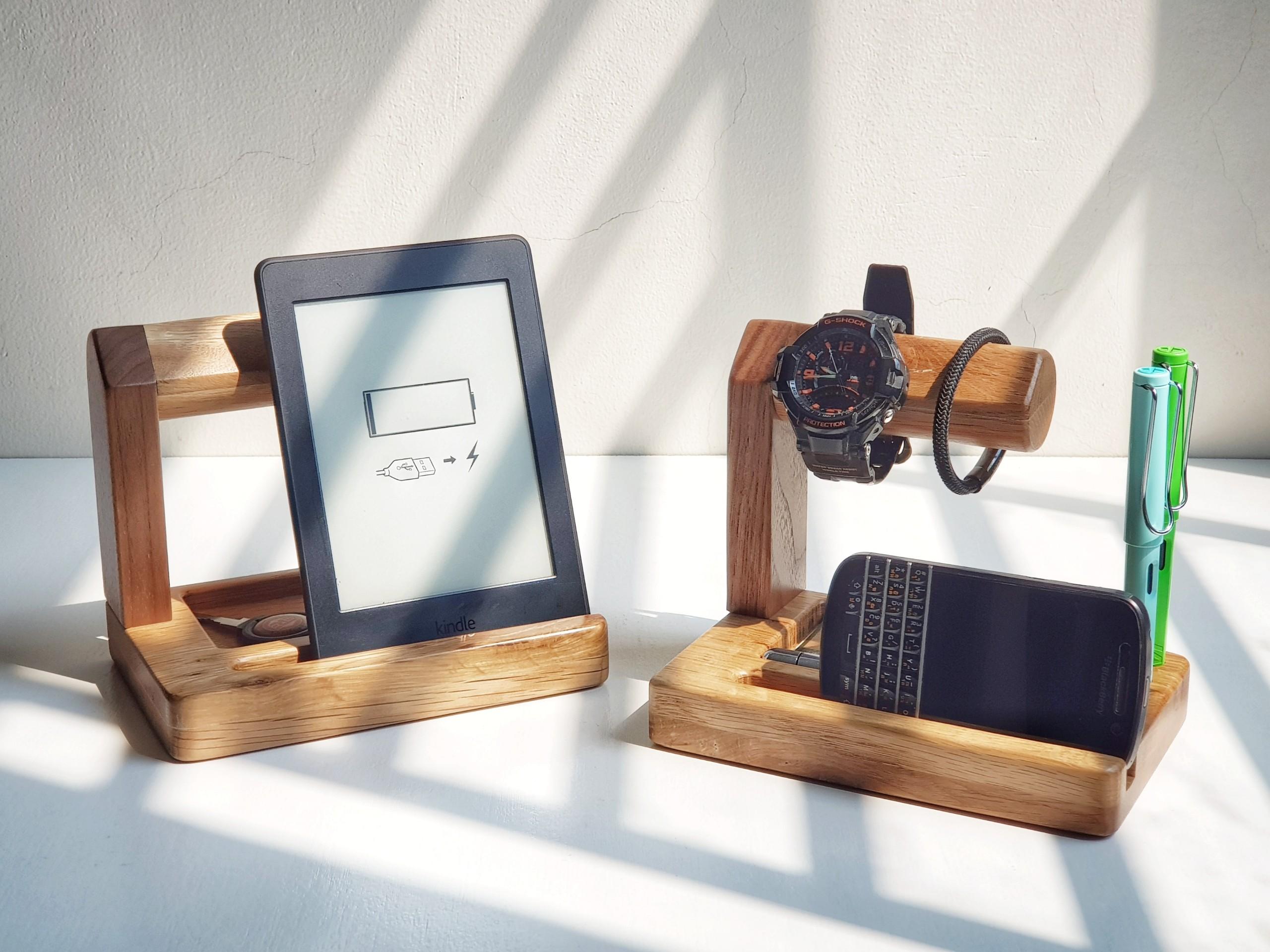 Giá treo đồng hồ kết hợp kệ điện thoại, cắm bút và khay đựng Văn phòng phẩm bằng gỗ Sồi (Oak) và gỗ Óc chó (Walnut)