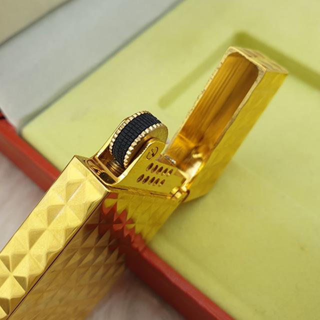 Hộp Qụet Bật Lửa Xăng DX17 Họa Tiết Vân Kim Cương Nổi Đẹp Độc Lạ Màu Vàng Sang Trọng - Dùng Xăng Bấc Đá