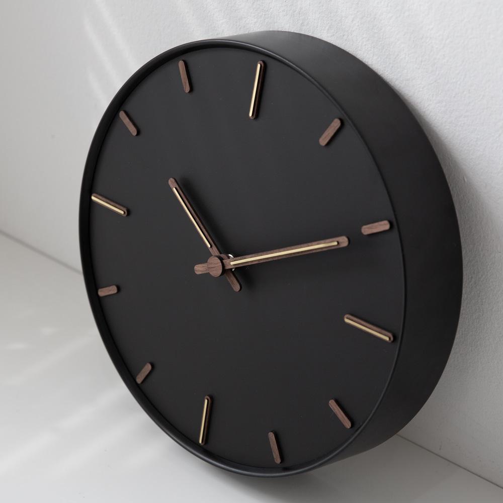 Đồng hồ treo tường trang trí khung kim gạch 2 màu trắng đen thanh lịch - design by Moro Korea