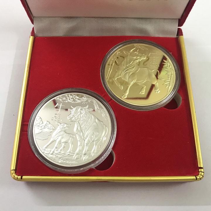 Combo 10 hộp nhung đựng xu con Trâu Úc màu vàng và bạc, vật phẩm phong thủy cầu may mắn, dùng trưng bày bàn sách, mang theo trong túi, làm quà tặng, tiền lì xì - TMT Collection - SP005121