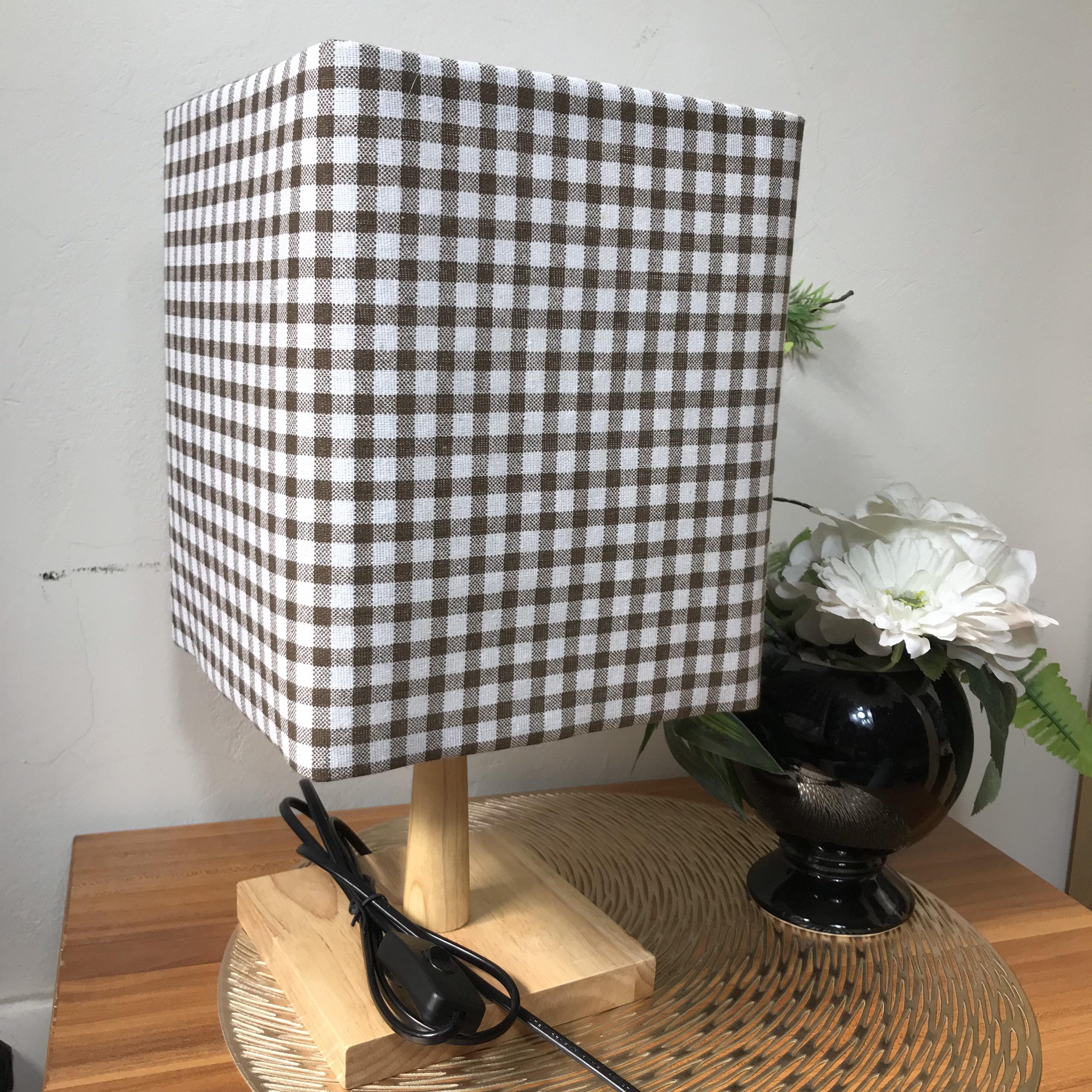 Đèn ngủ để bàn DB-G08 CARO NÂU, đèn bàn ngủ chóa vải bố linen decor nhà cửa, chân gỗ phong cách, công tắc bật tắt, tặng kèm bóng đèn