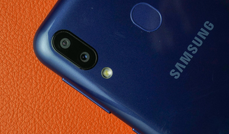 Cụm camera kép của Galaxy M20 chính hãng