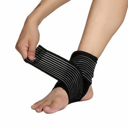 Đai quấn bàn chân sọc đen trắng khi chơi thể thao