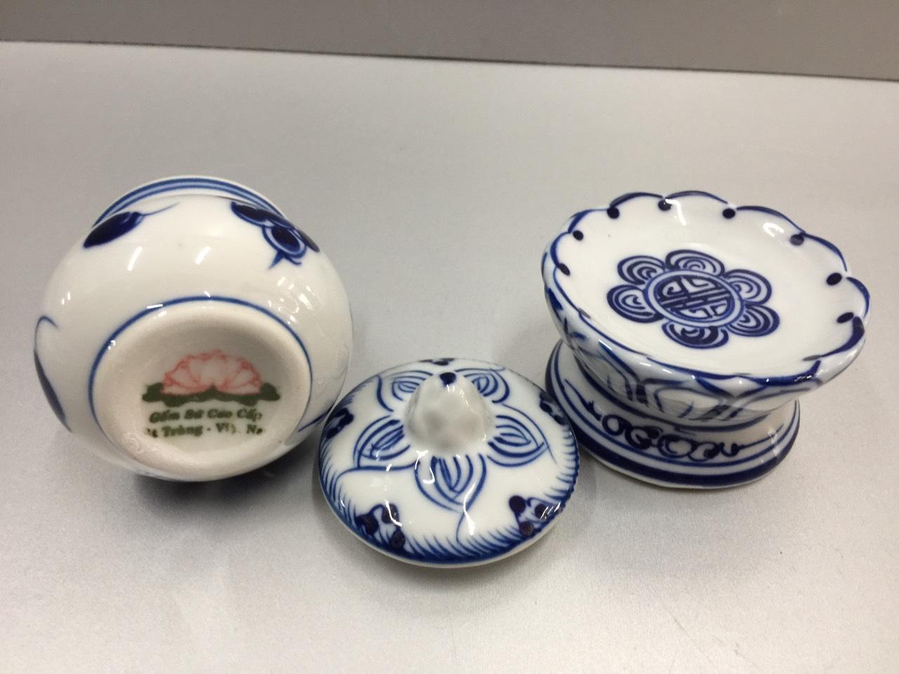 Ly nước cúng Phật hoặc làm bát cúng gạo, muối, nước bộ cúng 3 dành cho các ban thần tài, bàn thờ treo, và bàn thờ gia tiên