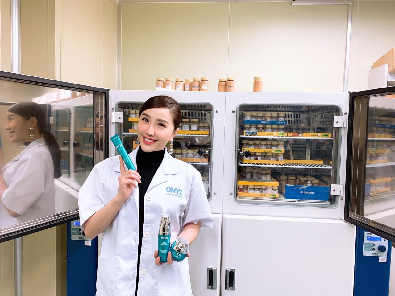 Nước Hoa Hồng Hydrating Toner Essence ONYX COSMETICS bổ sung Tinh Chất giúp dưỡng ẩm và làm trắng sáng da (200ml)
