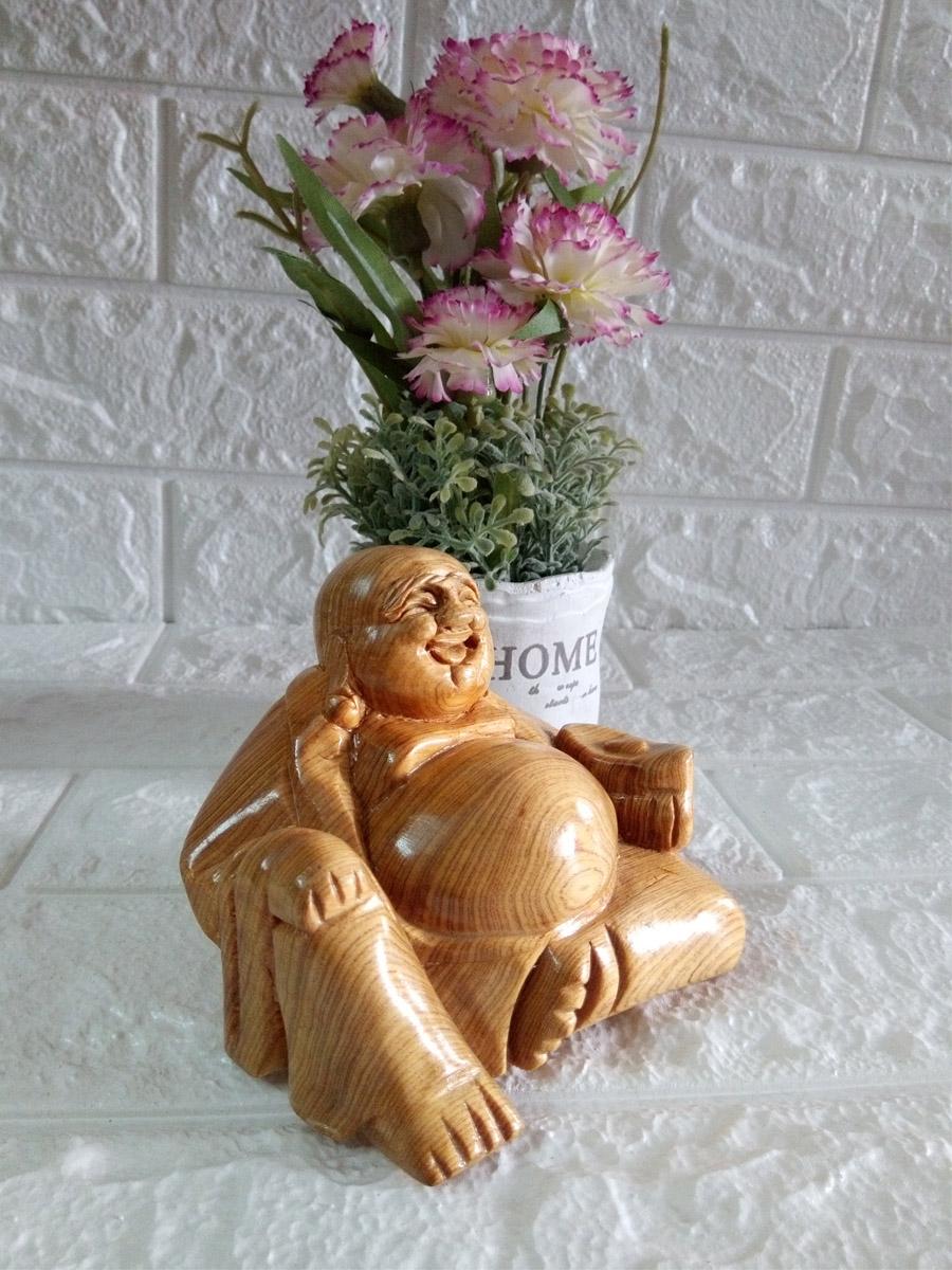 Tượng Phật Di Lặc ngồi cầm vàng bày trong xe hơi gỗ pơ mu PMN10