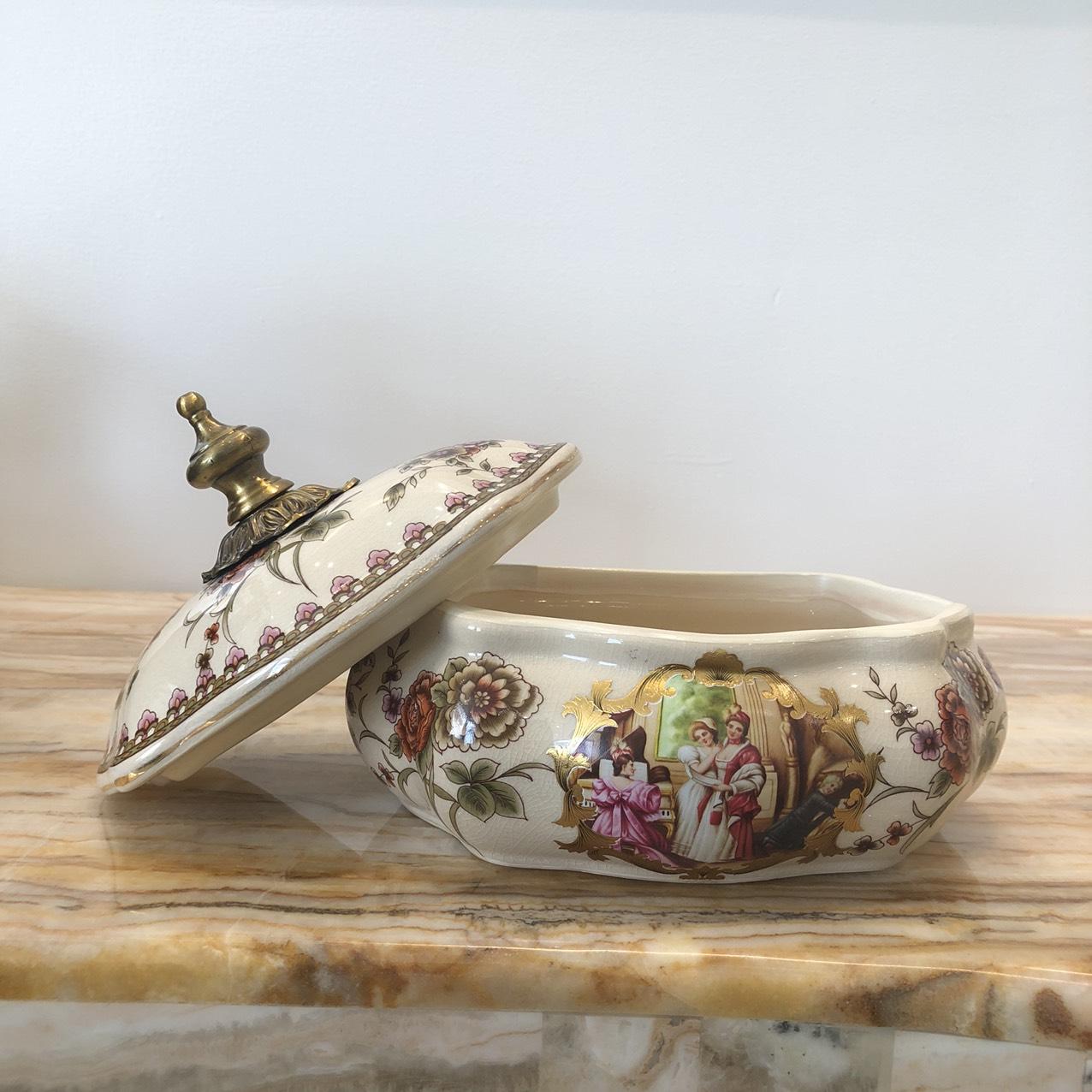 Hũ đựng kẹo họa tiết châu âu- kích thước : 22 x 18 x 18cm -chất liệu : men sứ rạn hợp kim