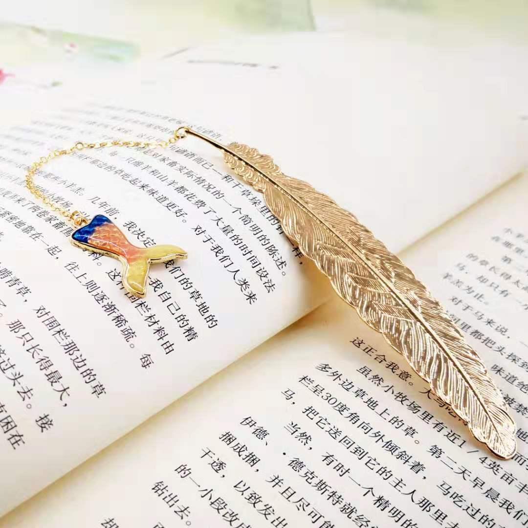 Bookmark Kim Loại Đánh Dấu Sách Hình Lông Vũ Dây Treo - Đuôi Cá