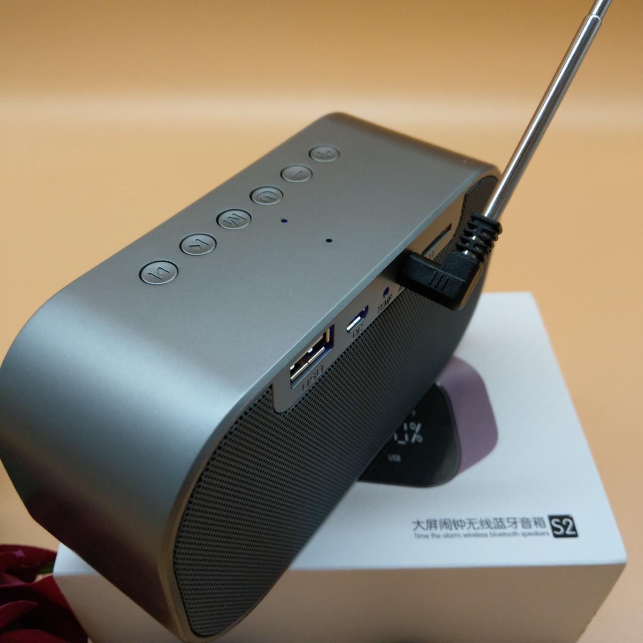 Loa Bluetooth Kiêm FM đồng hồ nhiệt độ báo thức - Tặng Tai nghe + Cáp sạc có đèn Led + Vòng tay Tùy hưu