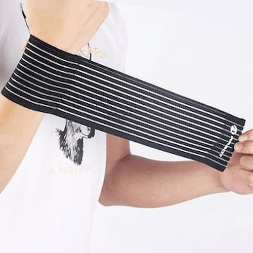 Đai quấn cổ tay sọc đen trắng khi chơi thể thao