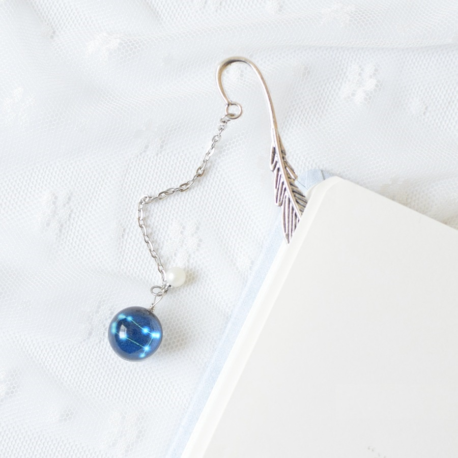 Bookmark, Kẹp Sách Lông Vũ Kim Loại Phối Charm Tròn Theo Cung Hoàng Đạo - Cung Song Tử