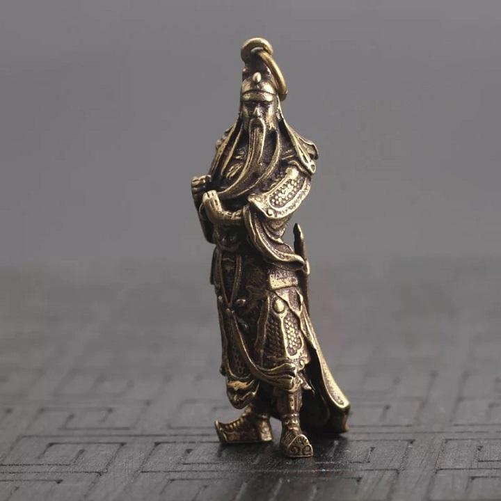Tượng đồng móc khóa quan công đứng vuốt râu oai vệ. Dùng làm móc khóa, để bàn, treo trên xe ô tô.