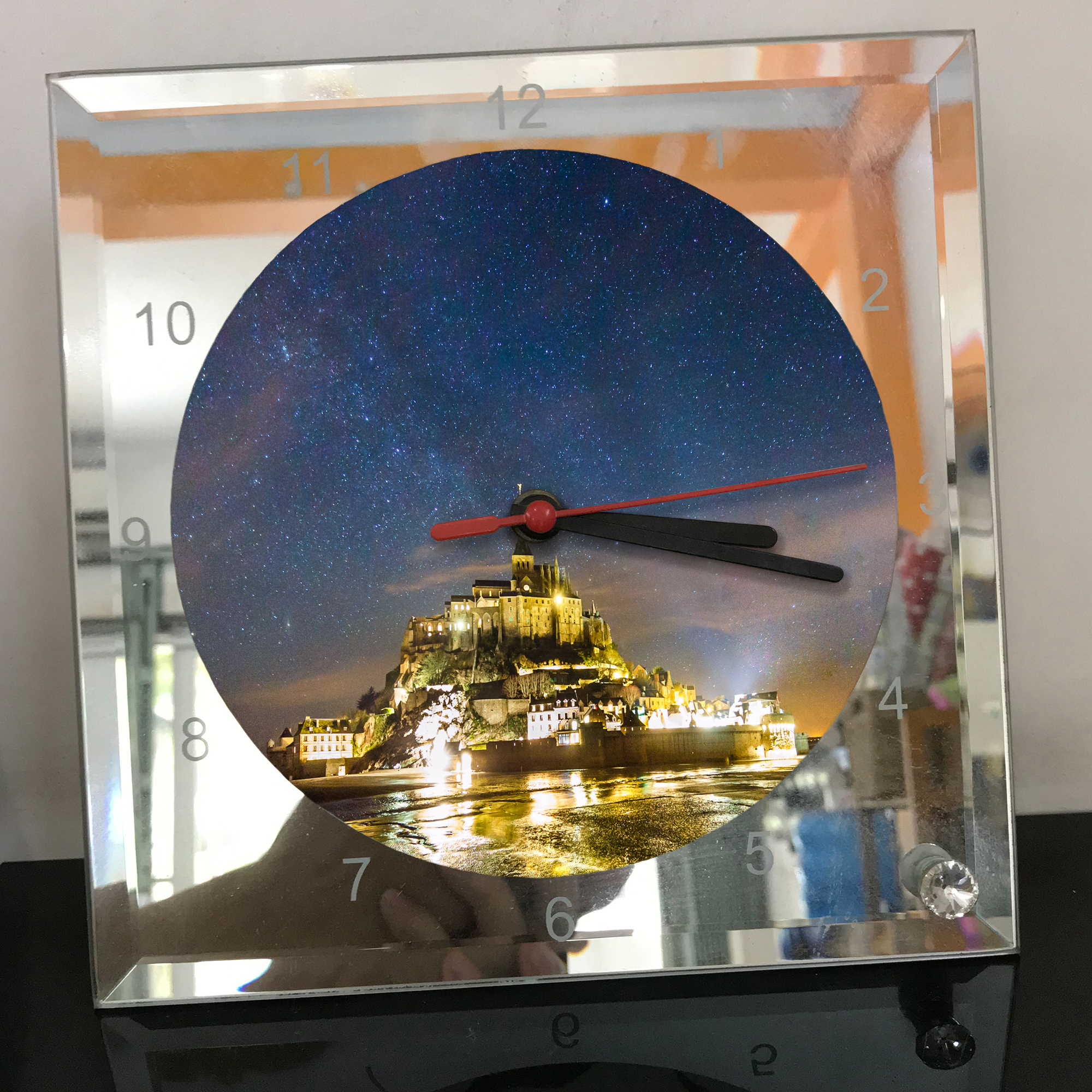 Đồng hồ thủy tinh vuông 20x20 in hình tu viện Mont Saint-Michel (24) . Đồng hồ thủy tinh để bàn trang trí đẹp chủ đề tôn giáo