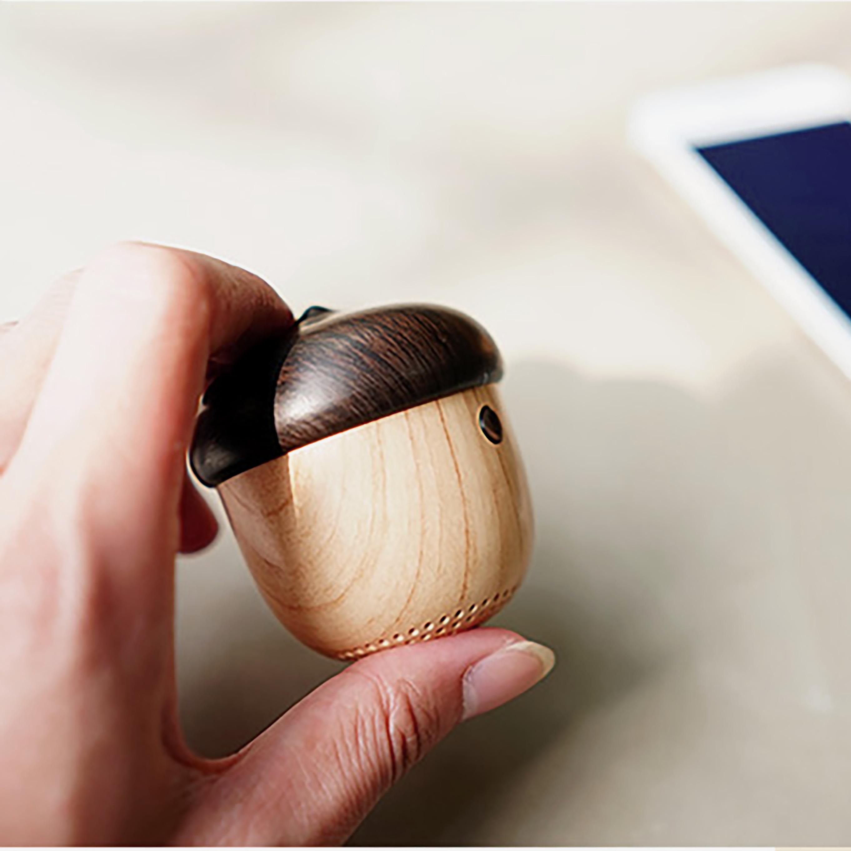 Loa bluetooth mini gỗ không dây hình nấm làm móc treo, tích hợp micro hỗ trợ đàm thoại tiện lợi, chất lượng âm thanh cao cấp Jisulife J2 (Hàng chính hãng)