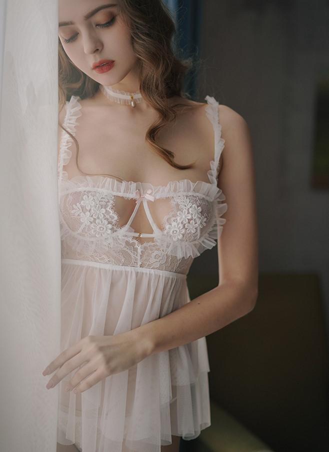 Váy ngủ ren hoa khoét ngực cô dâu