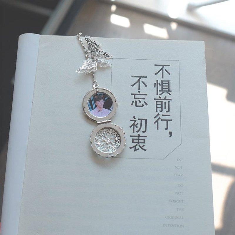 Bookmark Tiêu Chiến lông vũ gắn điệp kim loại kẹp sách màu ngẫu nhiên ( Lẻ chiếc)