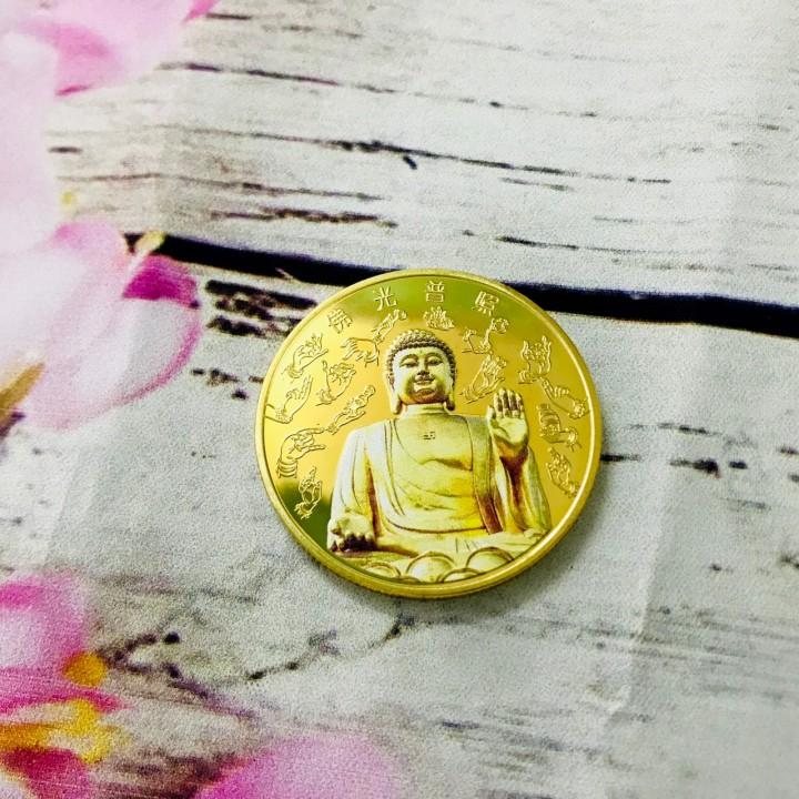 Xu Phật A Di Đà in màu, chất liệu Niken mạ màu vàng, đem theo bên người, dùng trong các dịp Lễ, trưng bày bàn sách, giúp mang lại may mắn, bảo vệ bình an, thanh thản tâm hồn - TMT Collection - SP005191