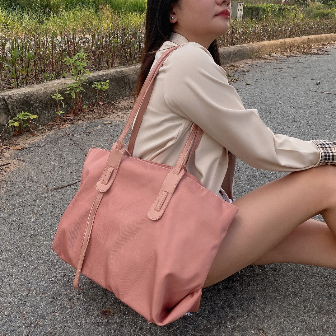 Túi xách vải dù polyster dày dặn, không thấm nước trên bề mặt vải, đựng được giấy a4, laptop macbook 13 inch, 15 inch
