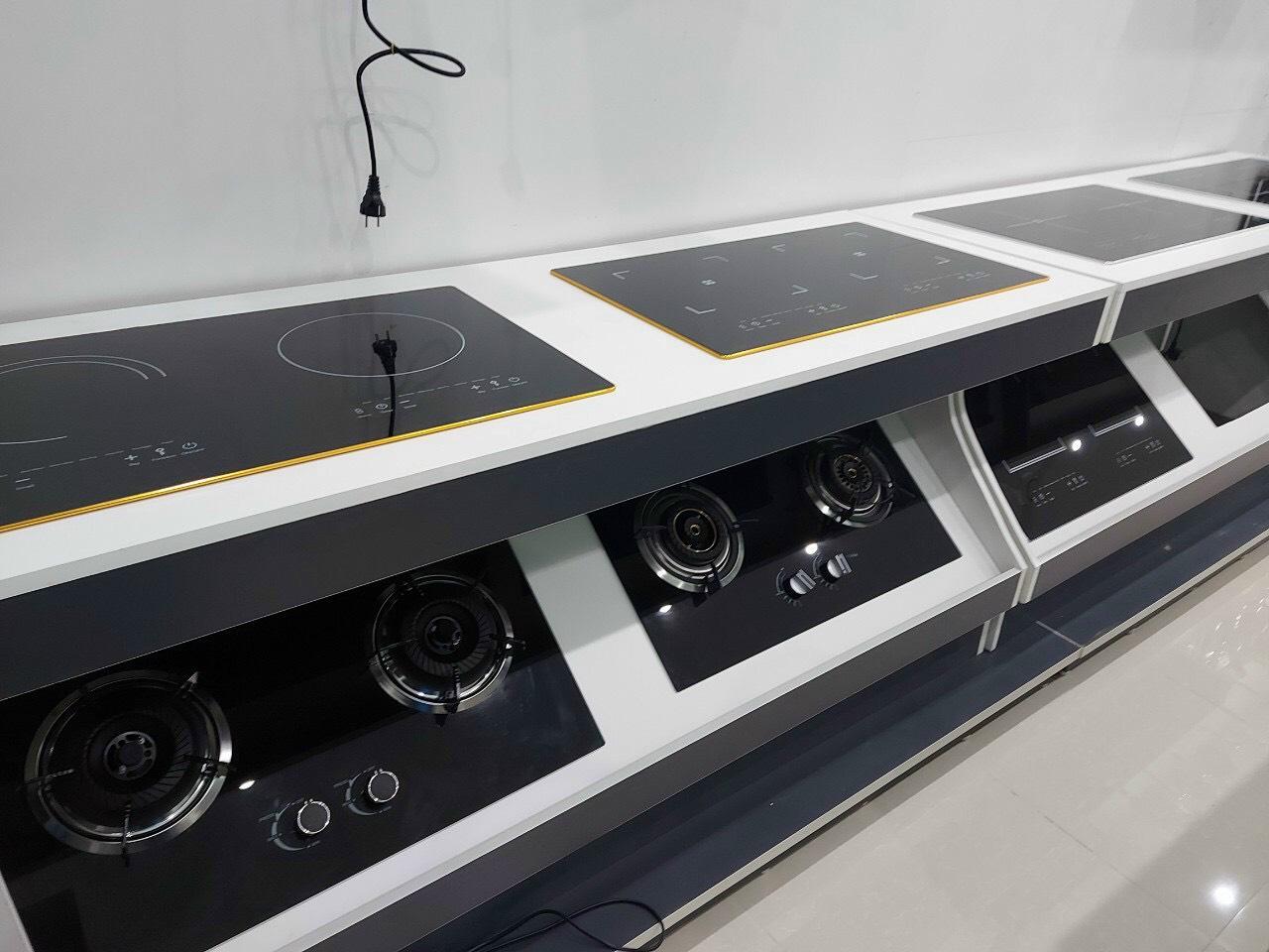 Bếp điện từ đôi âm hàng cao cấp,  có chệ độ tự ngắt an toàn trong nấu nướng, mặt kính sáng kèm viền vàng, tăng sự sang trọng cho căn bếp