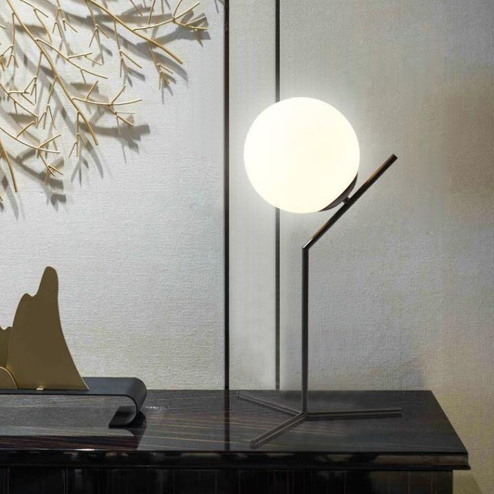 Đèn ngủ , đèn đọc sách ánh sáng vàng thiết kế lấy ý tưởng vầng trăng trong đêm.
