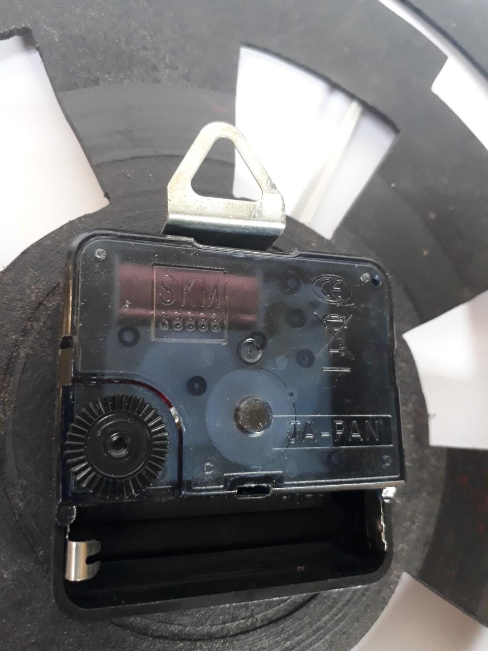 đồng hồ bằng đĩa than nghe nhạc cũ hình cái khiên độc lạ dùng làm trang trí phòng hoặc làm quà tặng vô cùng độc đáo