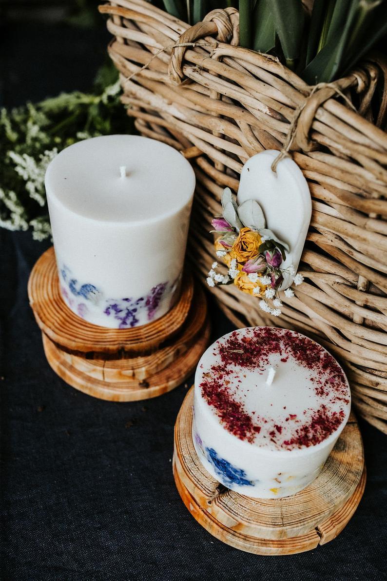 Nến thơm cao cấp bằng sáp đậu nành, với tinh dầu sả chanh, trang trí với hoa hồng, lavender, salem