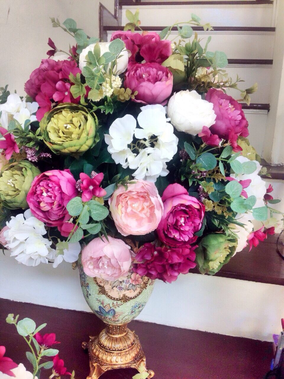 Bình hoa hồng trà kết hợp cẩm tú cầu phong cách Châu Âu tân cổ điển với gam màu sang trọng