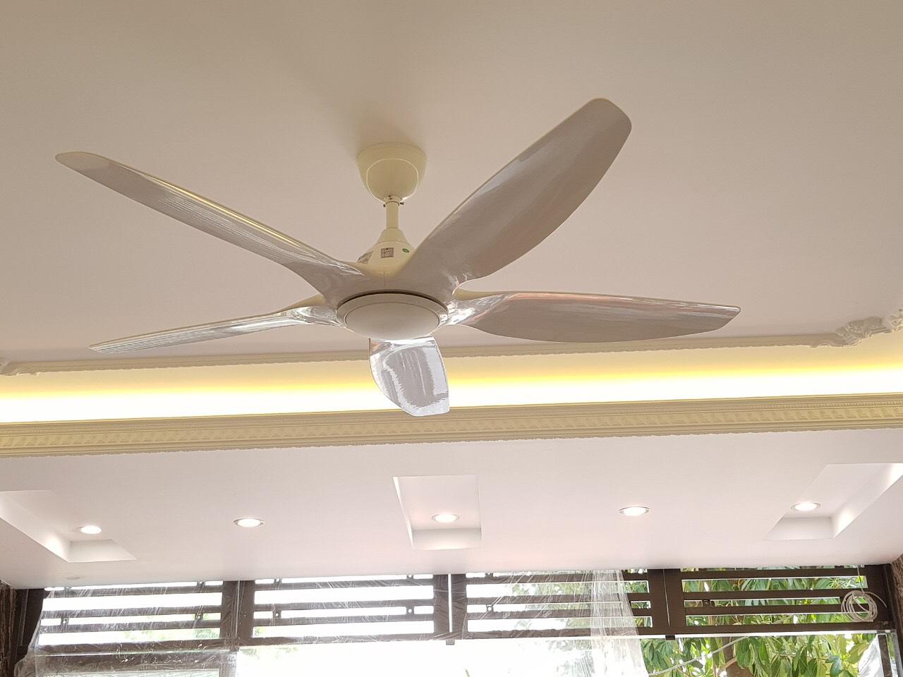 Quạt trần có đèn trang trí, màu trắng sang trọng, động cơ ĐC tiết kiệm điện, có điều khiển từ xa và hẹn giờ