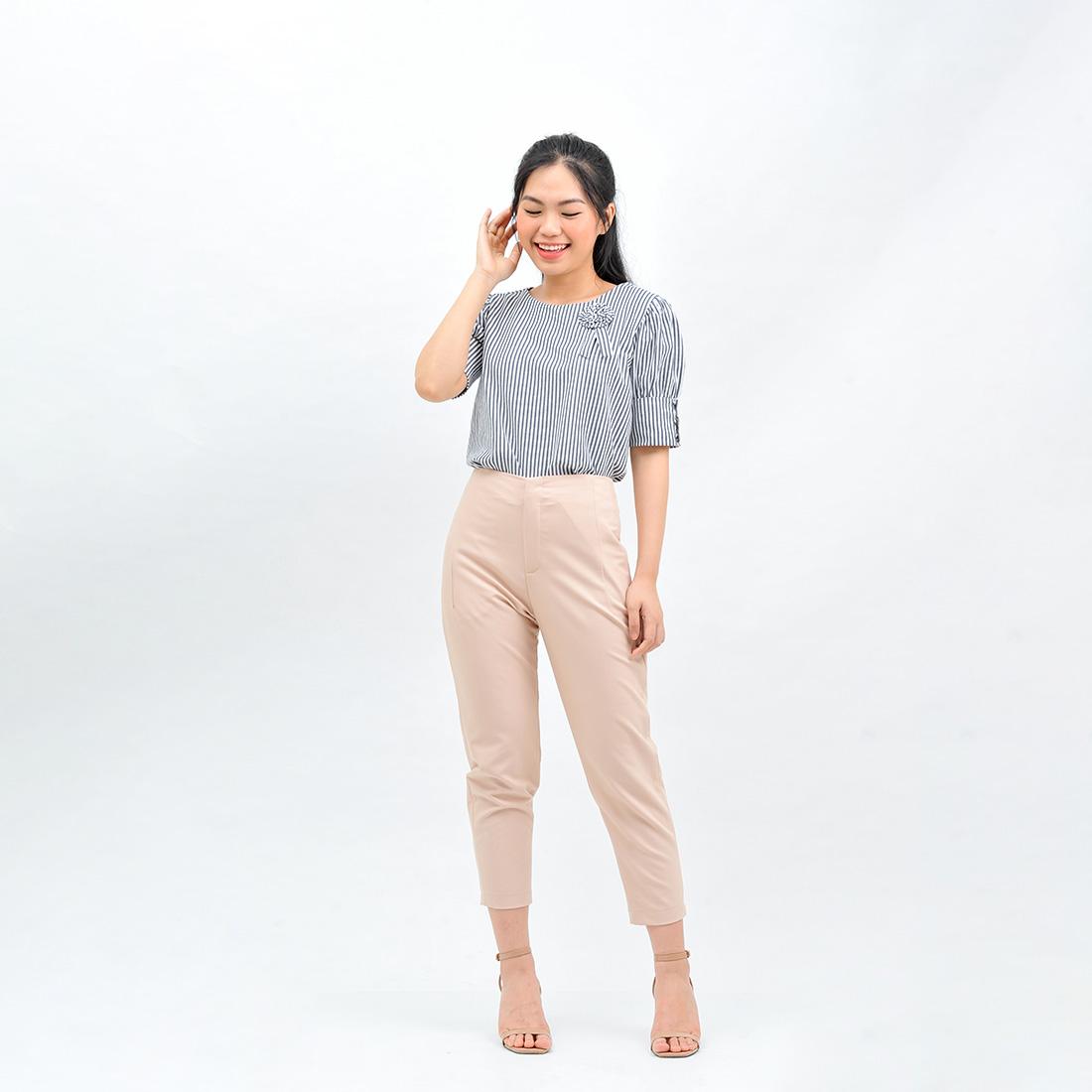 Áo kiểu nữ thời trang Eden dáng suông. Chất liệu cotton linen mềm mại, không nhăn. Màu sắc trẻ trung, họa tiết kẻ sọc phù hợp với mọi dáng người - ASM120