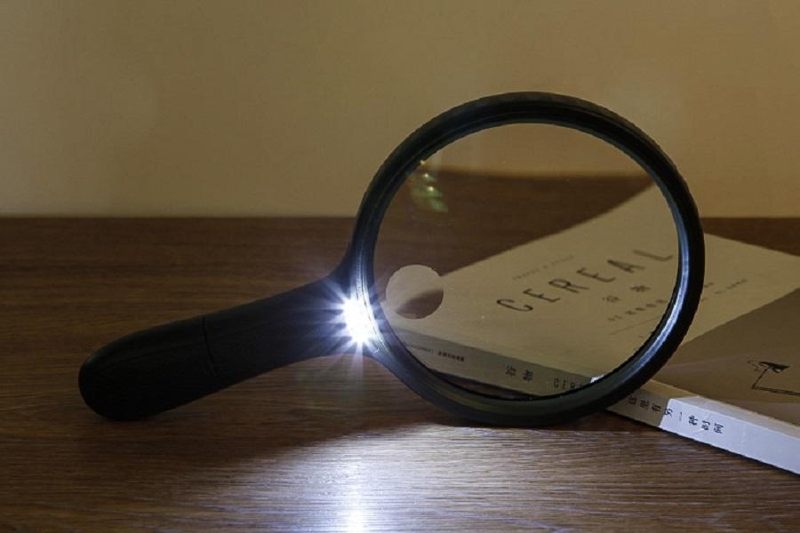 Kính lúp cầm tay có đèn 138mm đọc sách báo cho người già