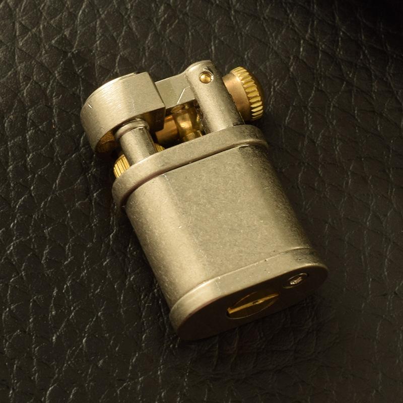 Hộp Qụet Bật Lửa Xăng Đá Mini HY703 Thiết Kế Mới Nhỏ Gọn Đẹp Độc Lạ - Dùng Xăng Bấc Đá Cao Cấp ( Giao Màu Ngẫu Nhiên )