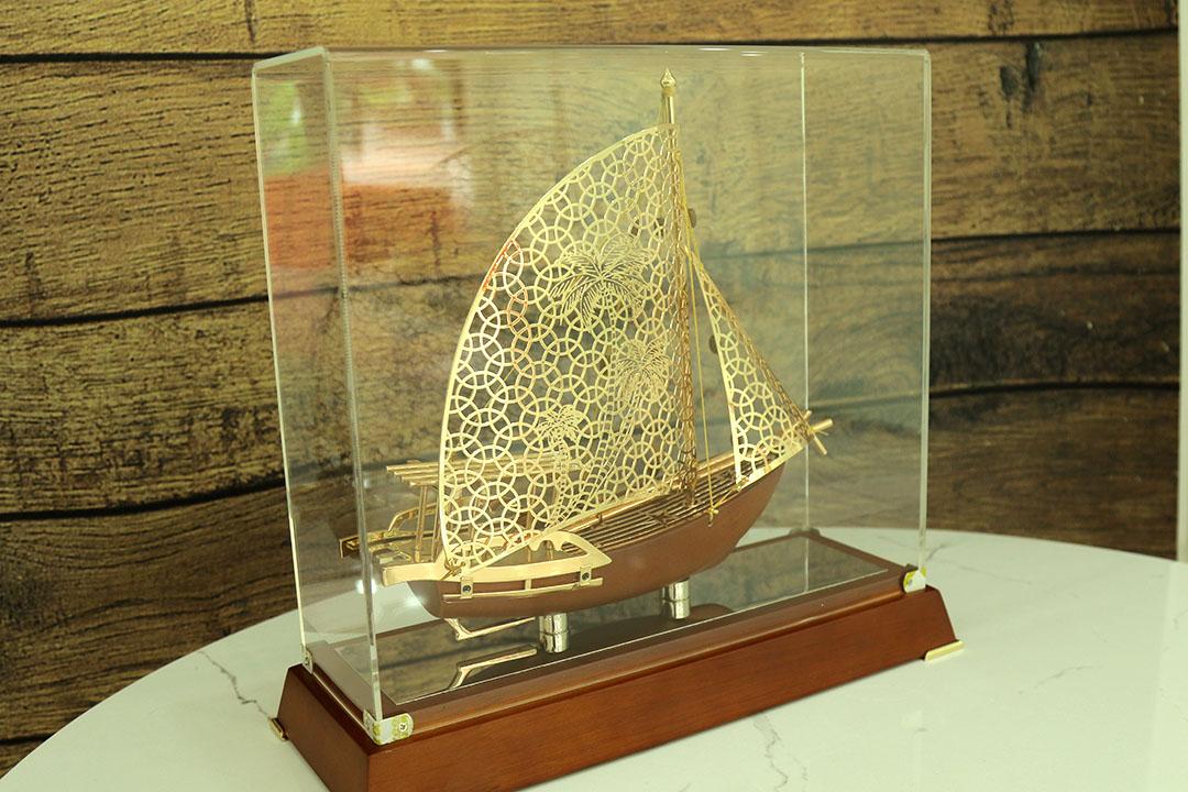 Quà tặng Tết 2021 cao cấp - Mô hình thuyền buồm mạ vàng 24k mẫu mới
