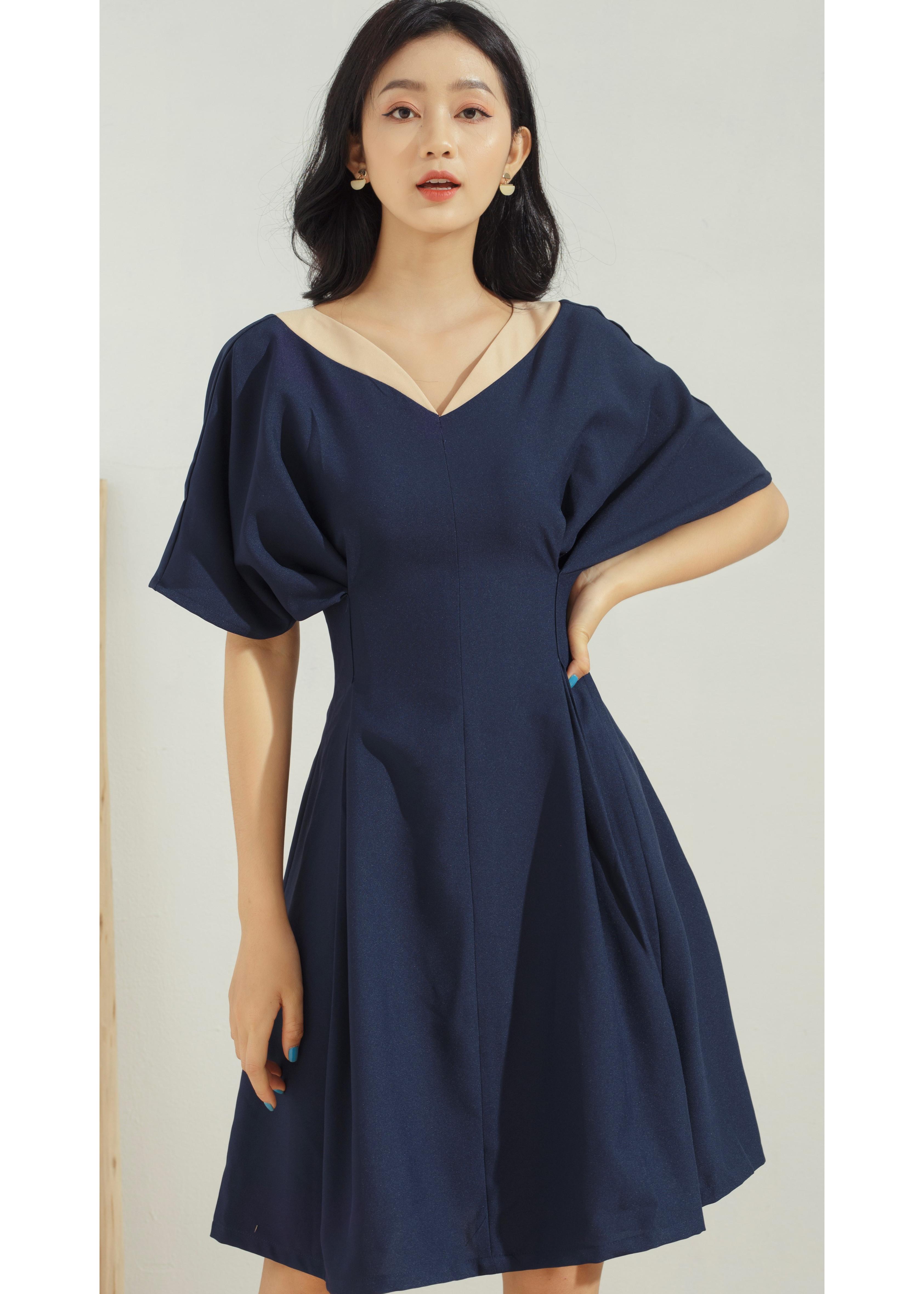 Hình ảnh Đầm xòe nữ GUMAC thiết kế tay dơi nhấn eo cổ V sang trọng trẻ trung màu xanh đen DA673