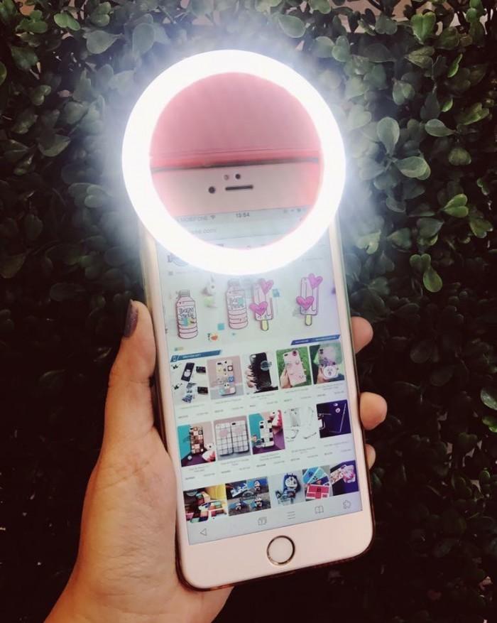 Đèn sefi kẹp điện thoại chụp ảnh rất đa năng và tiện lợi