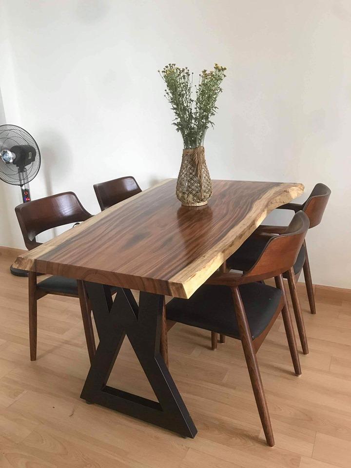 Bàn ăn nguyên tấm gỗ me tây tự nhiên 4 người ngồi ( 140 cm rộng 50 cm dày 5 cm ) chân sắt sơn tỉnh điện cao cấp