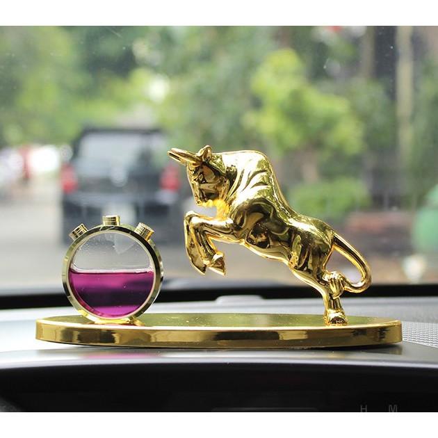 Tượng nước hoa trâu vàng trang trí xe ô tô