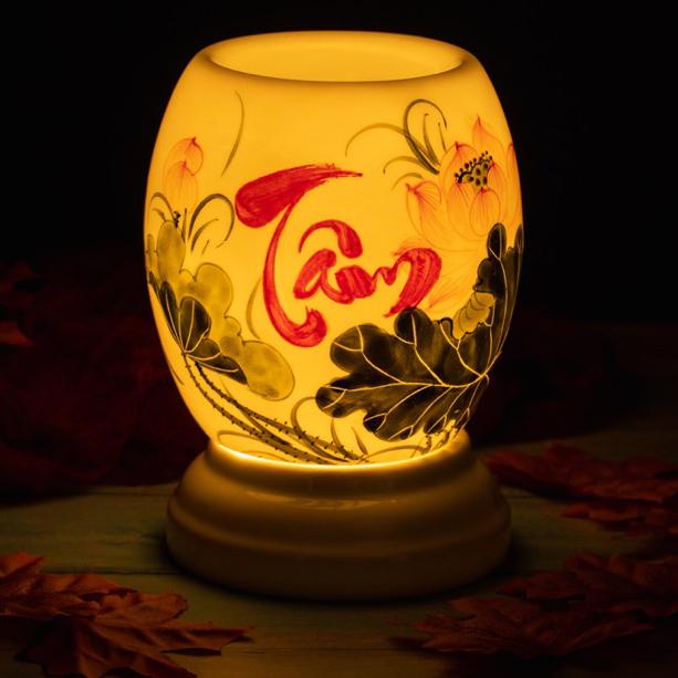 Đèn đốt tinh dầu tạo độ ẩm và mùi thơm tinh dầu bình gốm sứ chữ Tâm