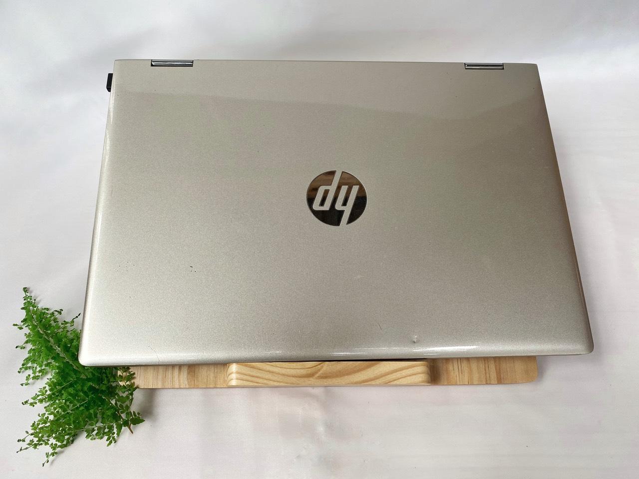 Đế laptop bằng gỗ, kiểu dáng thanh lịch, sang trọng, chân dựa cao, tản nhiệt tốt, trọng lượng nhẹ phù hợp cho những người di chuyển nhiều