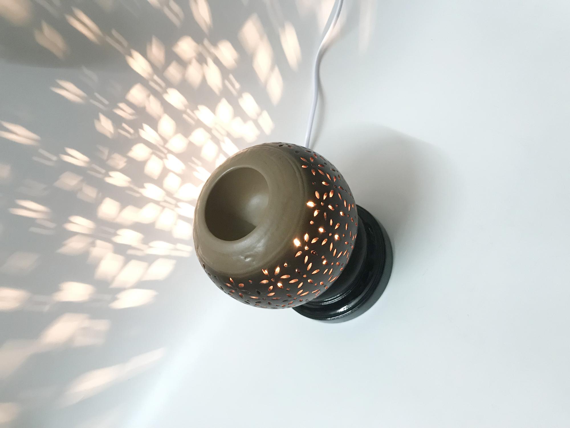 Đèn xông tinh dầu gốm đen hoa đào