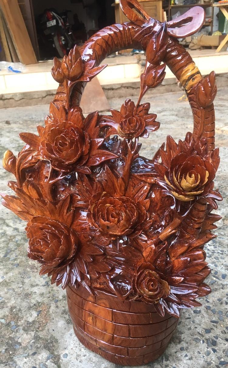 Tượng giỏ hoa phù dung gỗ Hương Gia Lai cao 53cm