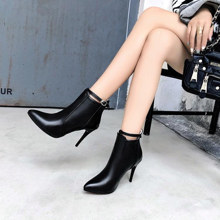 Boot nữ cổ ngắn gót nhọn màu đen HIỆN ĐẠI GBN6401