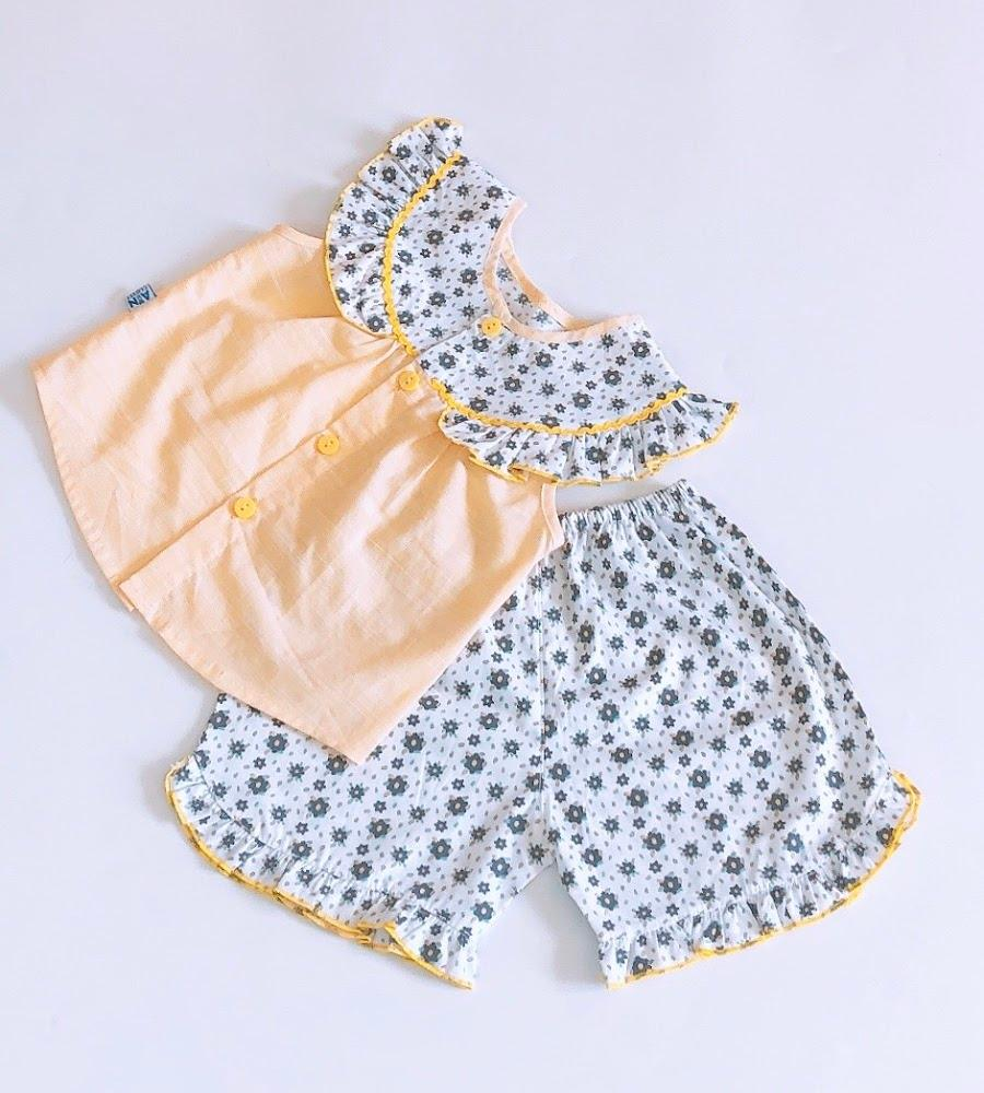 Bộ quần áo ngắn bé gái Áo vàng quần hoa nhí cotton - AICDBGFPSI1M - AIN Closet