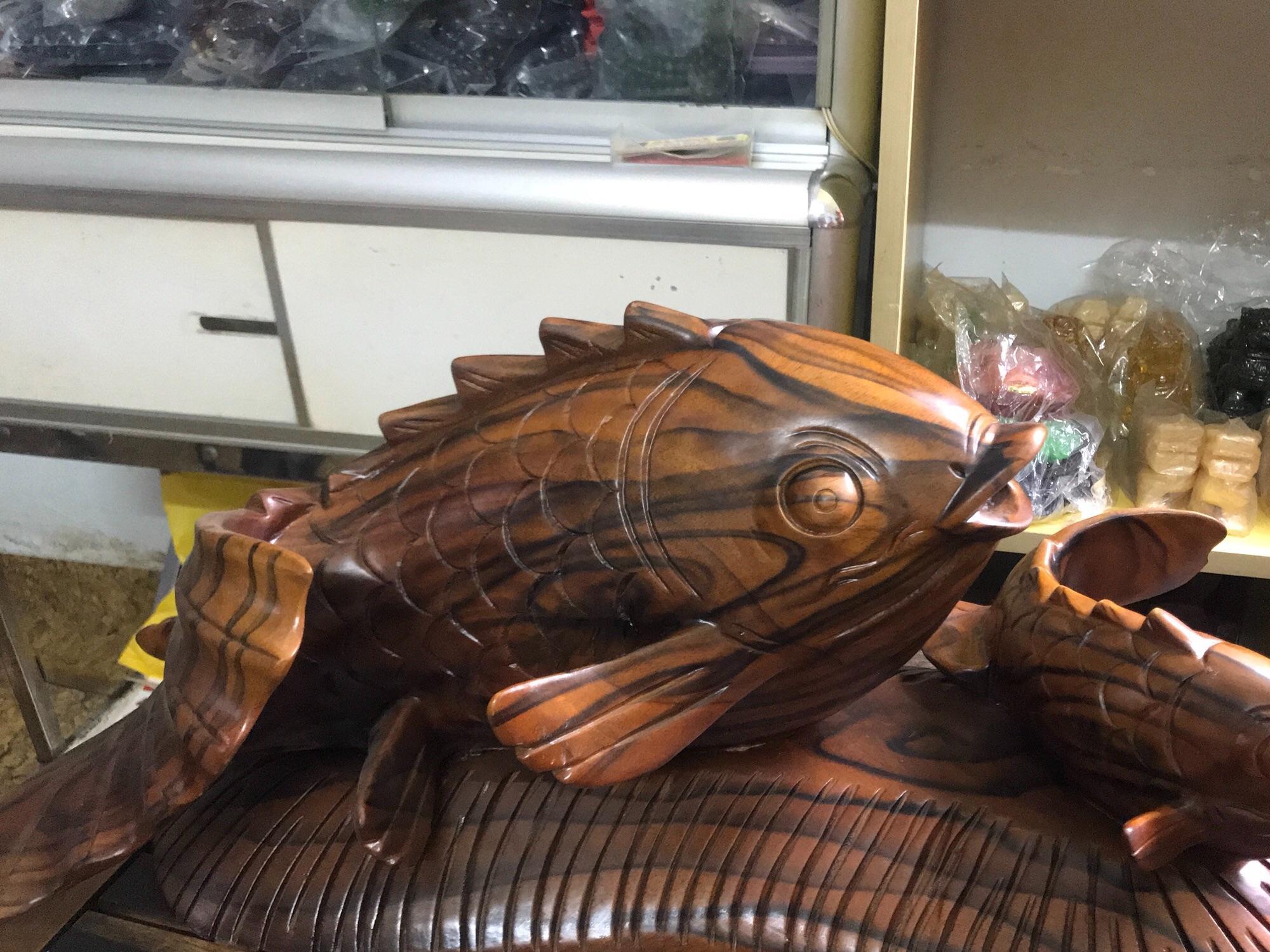 Cá Chép Phong Thủy Mẹ Con Gỗ Gõ Pu Vân Sọc Đen Đậm Đẹp 60cm Cao 30cm Ngang 25cm  Có Cá Có Tiền Để Bàn
