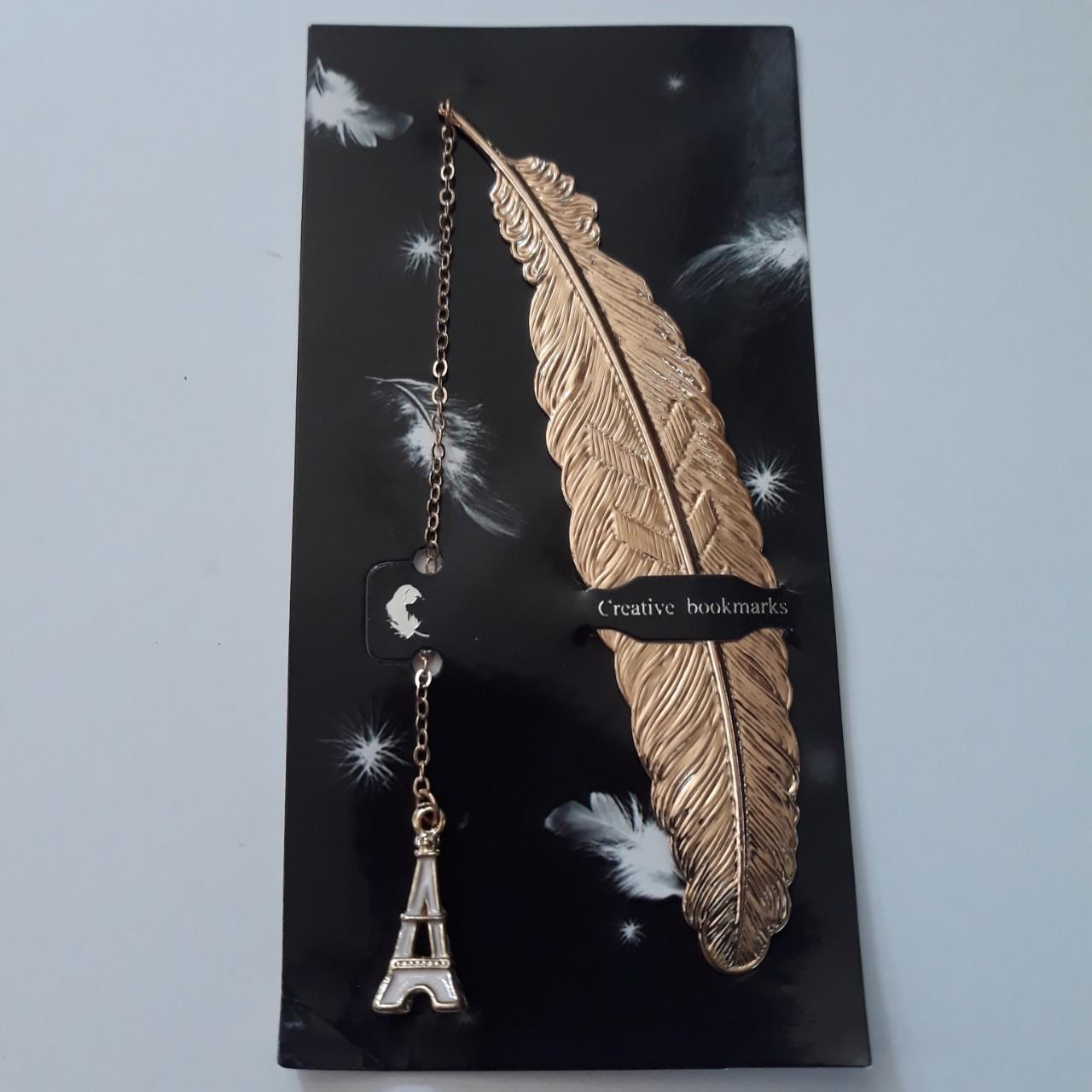 Bookmark Kim Loại Đánh Dấu Sách Hình Lông Vũ Dây Treo Hình Tháp Eiffel - Màu Hồng Nhạt