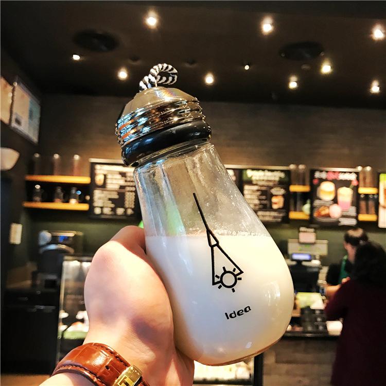 01 bình thuỷ tinh dạng bóng đèn 400ml nắp dây xách ( Giao màu ngẫu nhiên ) đựng sinh tố trà sữa