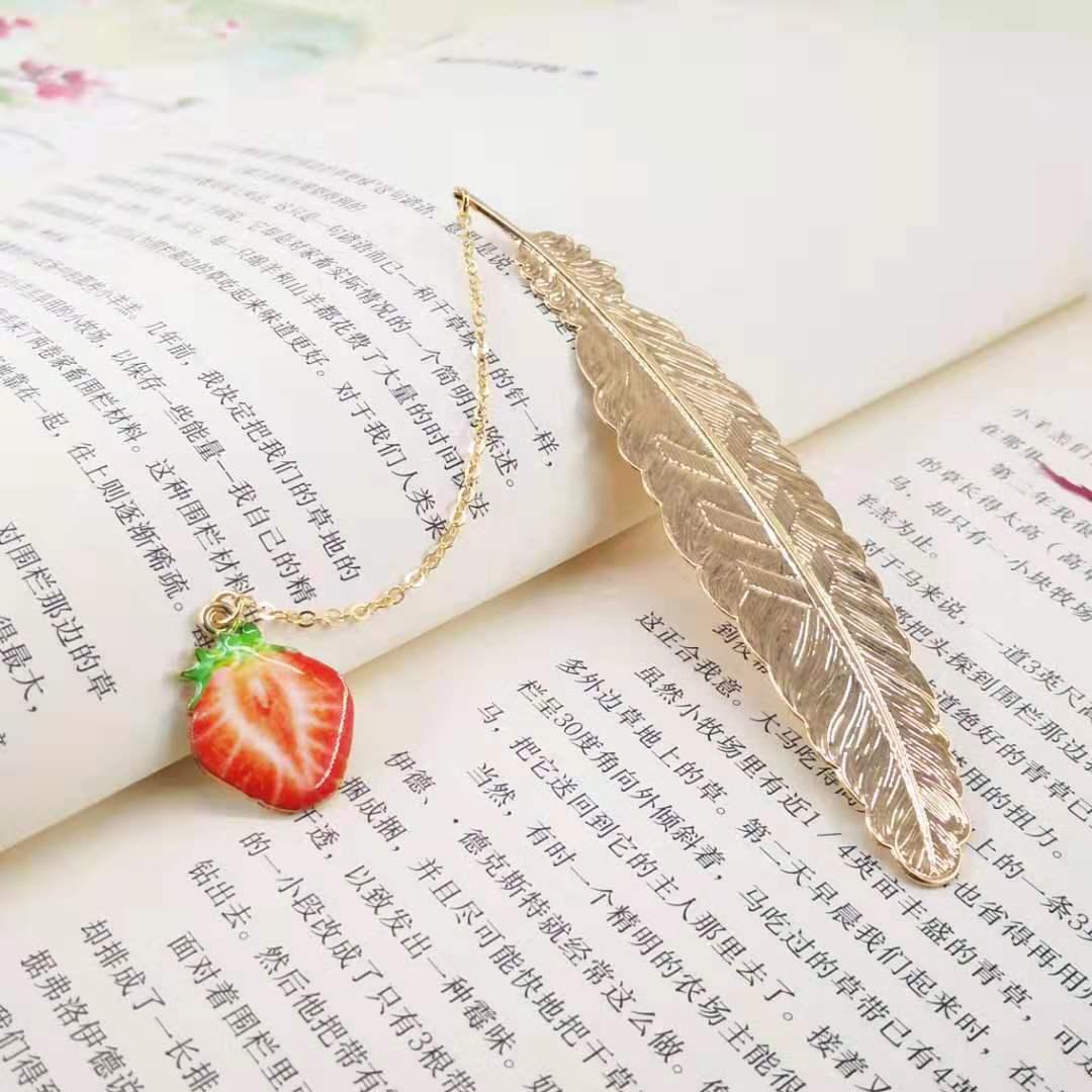 Bookmark Kim Loại Đánh Dấu Sách Hình Lông Vũ Dây Treo - Trái Dâu