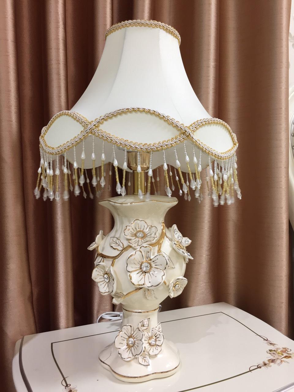Đèn ngủ - đèn ngủ để bàn - đèn ngủ tân cổ điển - đèn trang trí phòng ngủ - chất liệu sứ - họa tiết hoa mai đắp nổi - đèn ngủ cb21