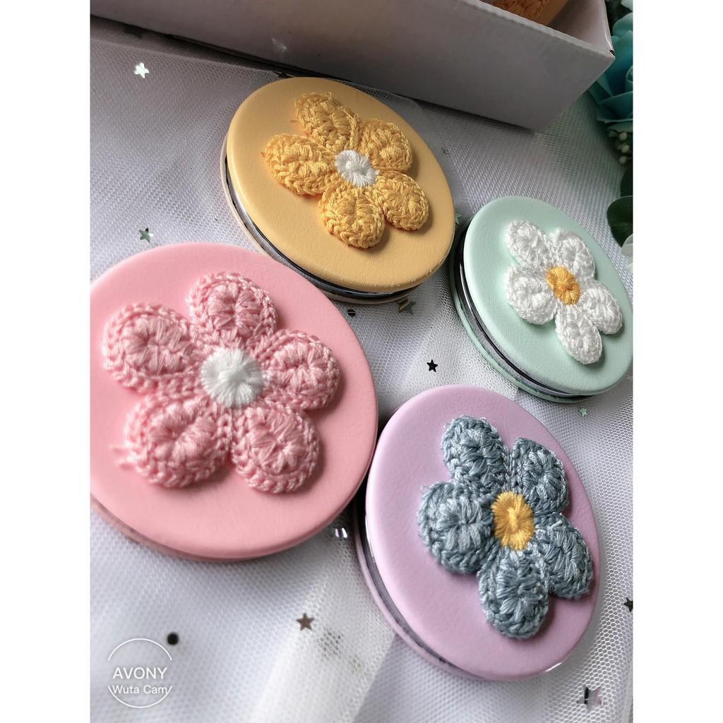 Gương trang điểm bỏ túi không vỡ đính hoa móc len nền màu trơn