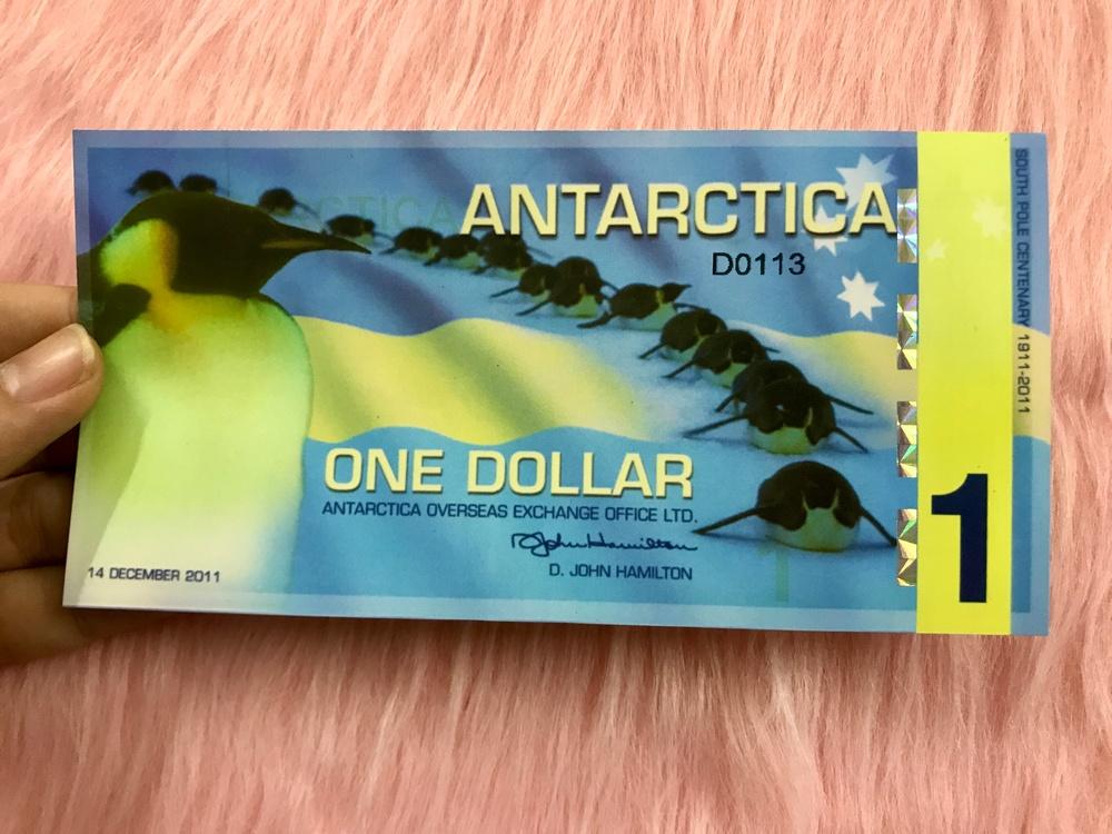 Tờ tiền Nam Cực 1 đô polymer hình chim cánh cụt lưu niệm , quà tặng phong thủy, dùng để sưu tầm - tặng kèm bao lì xì đỏ - The Merrick Mint